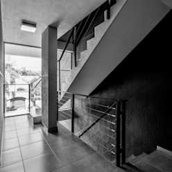 DETALLE INTERIOR - ESCALERA: Pasillos y recibidores de estilo  por CELOIRA CALDERON ARQUITECTOS,