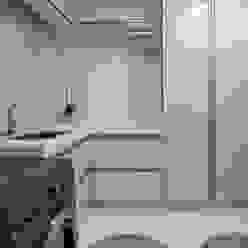 by Designer de Interiores e Paisagista Iara Kílaris Modern Marble