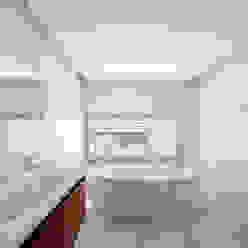 Bagno moderno di MOM - Atelier de Arquitectura e Design, Lda Moderno