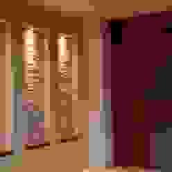 NICHOS Pasillos, vestíbulos y escaleras modernos de GRUPO VOLTA Moderno