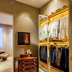 Dressing room in master suite Classic style dressing room by Studio 29 Architects ltd Classic MDF