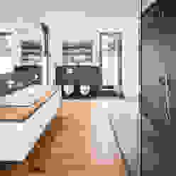 Wohnhaus Köln Junkersdorf Moderne Badezimmer von Corneille Uedingslohmann Architekten Modern