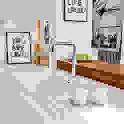 Bright light & white Holloways of Ludlow Bespoke Kitchens & Cabinetry Minimalistische Küchen Holz Weiß