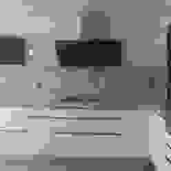 Negro, blanco y gris: una mezcla que realza una cocina de Cocinasconestilo.net Minimalista
