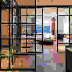 RENOVATIE APPARTEMENT AMSTERDAM Klassieke woonkamers van DENOLDERVLEUGELS Architects & Associates Klassiek