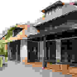 Веранда и терраса в стиле кантри от DENOLDERVLEUGELS Architects & Associates Кантри
