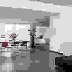 Luxe renovatie met zwevende dakopbouw, maatwerk keuken met zwevend HI-MACS keukenblok en houtfineer kastenwand Moderne woonkamers van Joep van Os Architectenbureau Modern