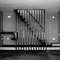 Corredores, halls e escadas minimalistas por BETWEENLINES Minimalista