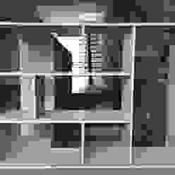 Mueble de separación de las escaleras de acceso Livings modernos: Ideas, imágenes y decoración de ALSE Taller de Arquitectura y Diseño Moderno