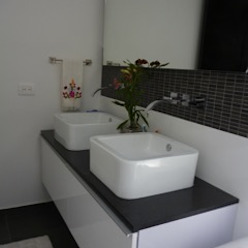 PROYECTO MOBILIARIO HOGAR APARTAMENTO Baños de estilo moderno de La Carpinteria - Mobiliario Comercial Moderno