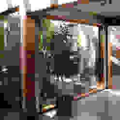 Corridor & hallway by ALIWEN arquitectura & construcción sustentable - Santiago,