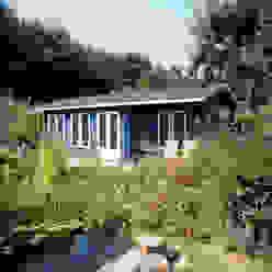 Blue Log Cabin Garagen & Schuppen im Landhausstil von Garden Affairs Ltd Landhaus Holz Holznachbildung