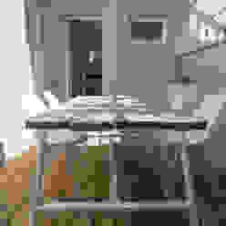 Ristrutturazione di un appartamento sul lungomare di San Vincenzo (LI) mc2 architettura Balcone, Veranda & Terrazza in stile mediterraneo
