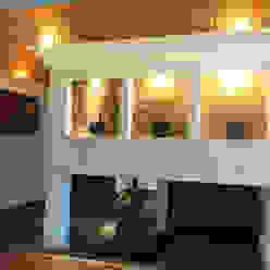 Nowoczesny korytarz, przedpokój i schody od AMG Arquitectura Integral Nowoczesny Cegły