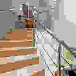 Casa Villa Corredores, halls e escadas modernos por Designer de Interiores e Paisagista Iara Kílaris Moderno Mármore