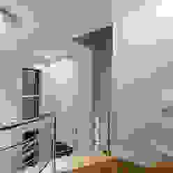 Casa Villa Corredores, halls e escadas modernos por Designer de Interiores e Paisagista Iara Kílaris Moderno