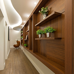 Casa Villa Corredores, halls e escadas modernos por Designer de Interiores e Paisagista Iara Kílaris Moderno Madeira Efeito de madeira