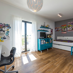 Modernes Jugendzimmer mit bodentiefen Fenstern und französischen Balkon Moderne Kinderzimmer von KitzlingerHaus GmbH & Co. KG Modern Holzwerkstoff Transparent