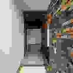 Casas minimalistas por ROKA Arquitectos Minimalista Cerâmica