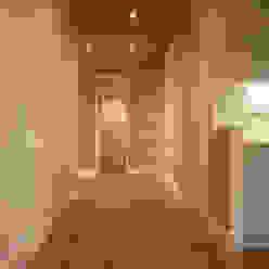 Salas de estar modernas por Architetto Luigi Pizzuti Moderno Madeira Efeito de madeira