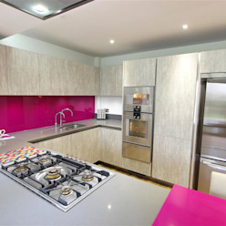 Modern design with magenta accents Modern Kitchen by PTC Kitchens Modern