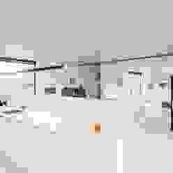 Soggiorno moderno di Architectenbureau Dirk Nijsten bvba Moderno