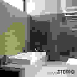 Schwarzer Marmor Badezimmer Moderne Badezimmer von MIKOLAJSKAstudio Modern