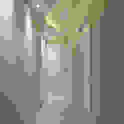Modern Corridor, Hallway and Staircase by Designer de Interiores e Paisagista Iara Kílaris Modern