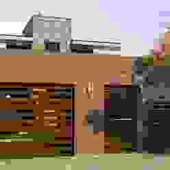 Proyecto de Remodelación y cambio de fachada Valy Casas modernas: Ideas, imágenes y decoración Ladrillos Marrón