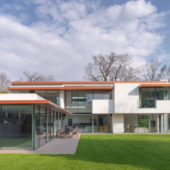 The White House 3s architects and designers ltd Casas modernas: Ideas, imágenes y decoración