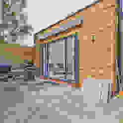*New Build!* The West Barn Flats The Market Design & Build Casas modernas: Ideas, imágenes y decoración