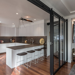 Uma casa dedicada à arte Cozinhas ecléticas por Architect Your Home Eclético