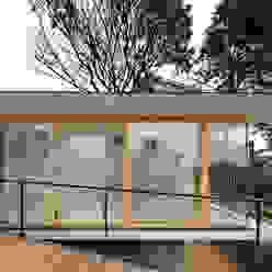 by 荒谷省午建築研究所/Shogo ARATANI Architect & Associates Scandinavian Solid Wood Multicolored