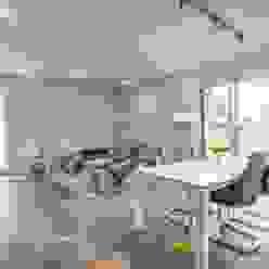 Blick in das offene Wohnzimmer Minimalistische Wohnzimmer von LichtJa - Licht und Mehr GmbH Minimalistisch
