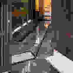露地の中庭が趣をあたえる都市住宅 の acaa モダン 石