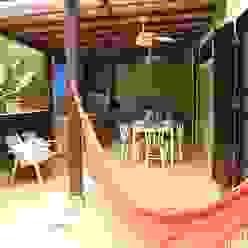 Balcones y terrazas tropicales de VN Arquitetura Tropical Madera Acabado en madera
