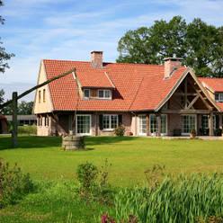 Achterzijde woning met inwoning in landelijke architectuur:  Huizen door Building Design Architectuur