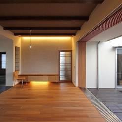 Yokono ARC: 平林繁・環境建築研究所が手掛けたリビングです。