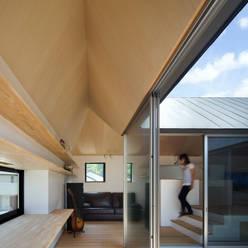 箕面森町の家: 安部秀司建築設計事務所が手掛けたリビングです。