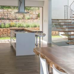 HOUSE  I  ATLANTIC SEABOARD, CAPE TOWN  I  MARVIN FARR ARCHITECTS:  Kitchen by MARVIN FARR ARCHITECTS