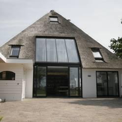 Woonboerderij / Stolpenboerderij:  Huizen door Van der Schoot Architecten bv BNA