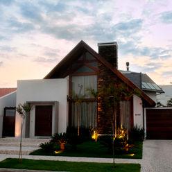 PROJETO ARQUITETÔNICO FACHADA E INTERIOR DA RESIDÊNCIA PRUNER (Fotos: Lio Simas) ArchDesign STUDIO Casas rústicas