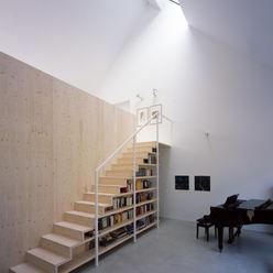 Regalmöbel mit integrierter Holztreppe Bohn Architekten GbR Flur, Diele & TreppenhausTreppen