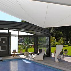 Sonnensegel in elektrisch aufrollbar über einem Pool Pina GmbH - Sonnensegel Design Mediterraner Garten