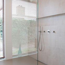 Inloopdouche met zicht op tuin Architect2GO Moderne badkamers Tegels Beige