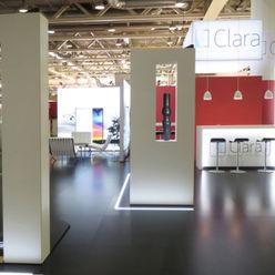 Messestand idressort InteriorDesign& Messe Modernes Messe Design Holzwerkstoff Rot