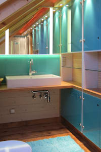 Waschtisch und Einbauschränke im Bad: moderne Badezimmer von hansen innenarchitektur materialberatung