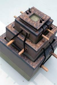 doos in drie lagen, met stokjes, grijze klei, groene engobe enkoper/mangaan engobe  afm: 18X18X30 cm:   door CAROLINE PEETERS - bewaarplaatsen + keramiek