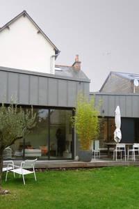 Extension en zinc : façade sur le jardin: Maisons de style de style Moderne par Briand Renault Architectes