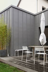 Extension en zinc avec terrasse: Maisons de style de style Moderne par Briand Renault Architectes